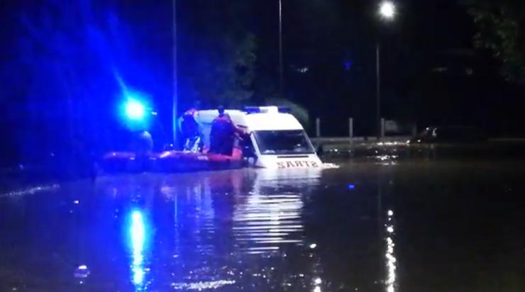 Powódź na Podkarpaciu. Wielka woda porwała wóz strażacki i busa