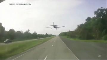 Samolot wylądował niemal na masce auta [WIDEO]