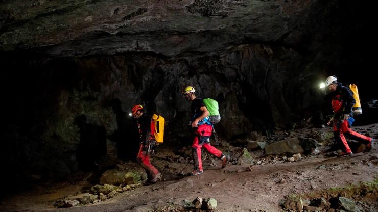 Na zdjęciu grotołazi wchodzą do jaskini Cueva-Covetosa.