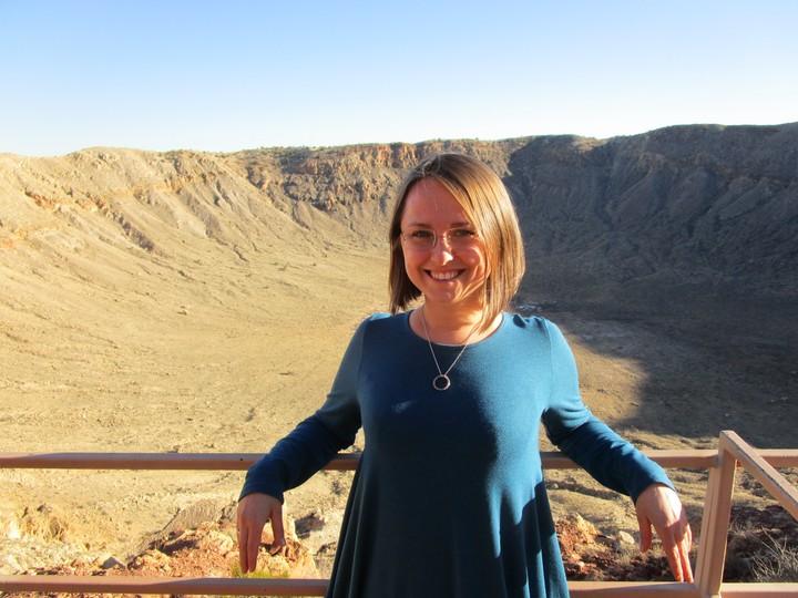 Dr Anna Łosiek w kraterze po wybuchu meteorytu. Arizona, Stany Zjednoczone