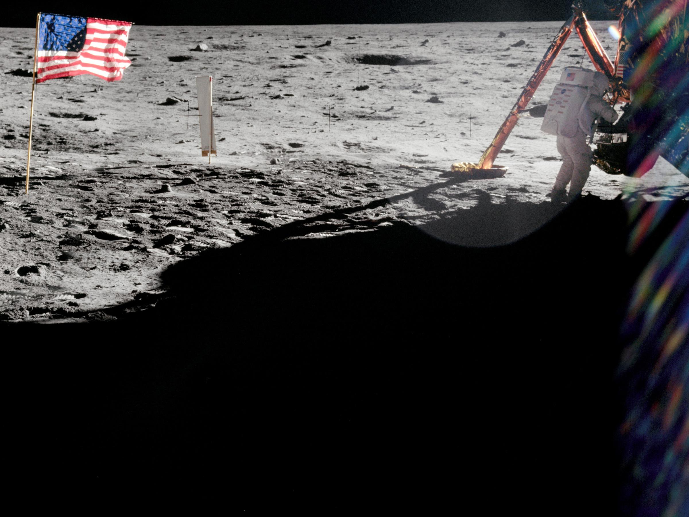 Neil Armstrong podczas pracy przy księżycowym module Eagle
