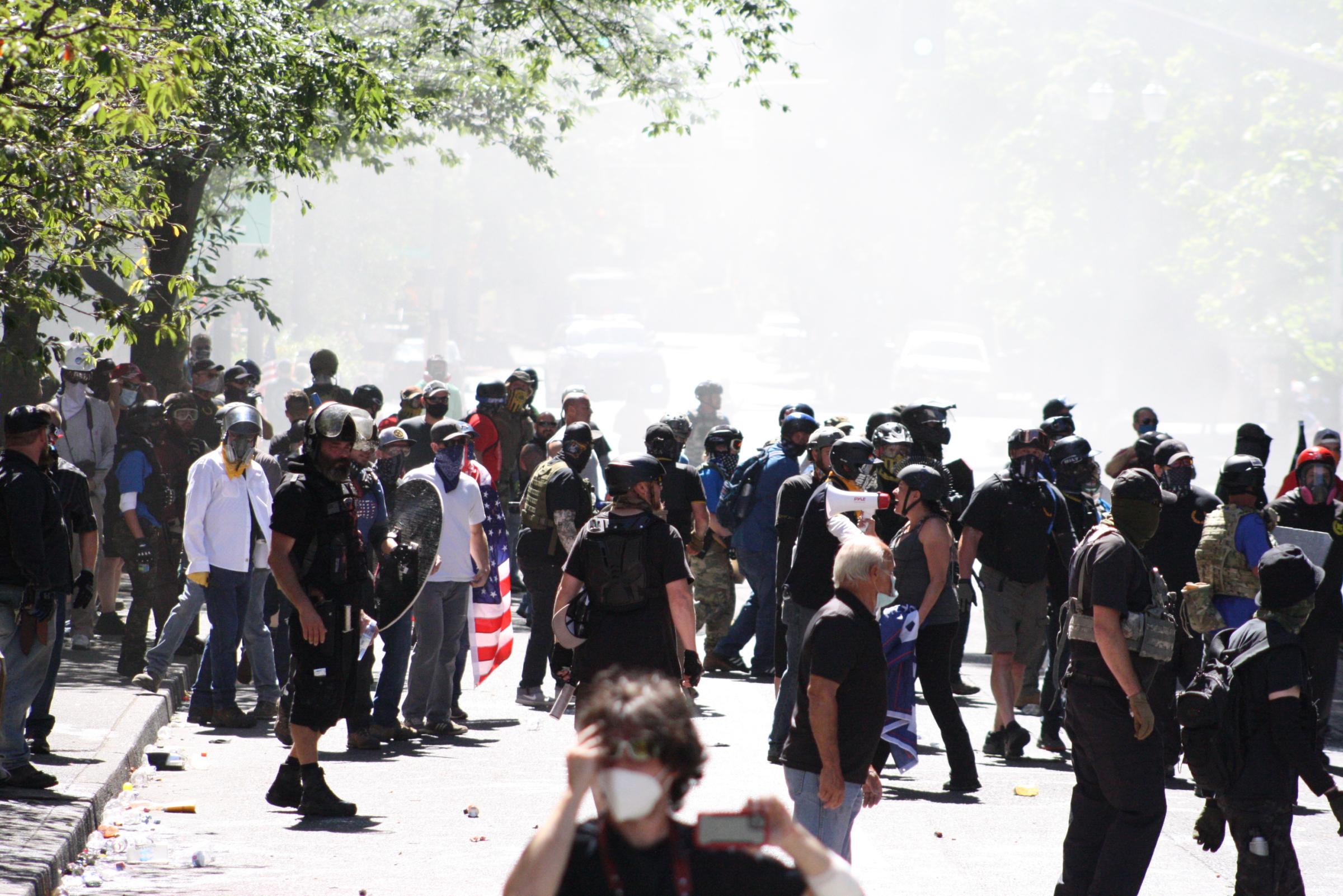 """22 sierpnia w Portland prawicowi działacze z ruchów Proud Boys i Boogaloo dołączyli do marszu """"Back the Blue"""" wspierającego lokalną policję"""