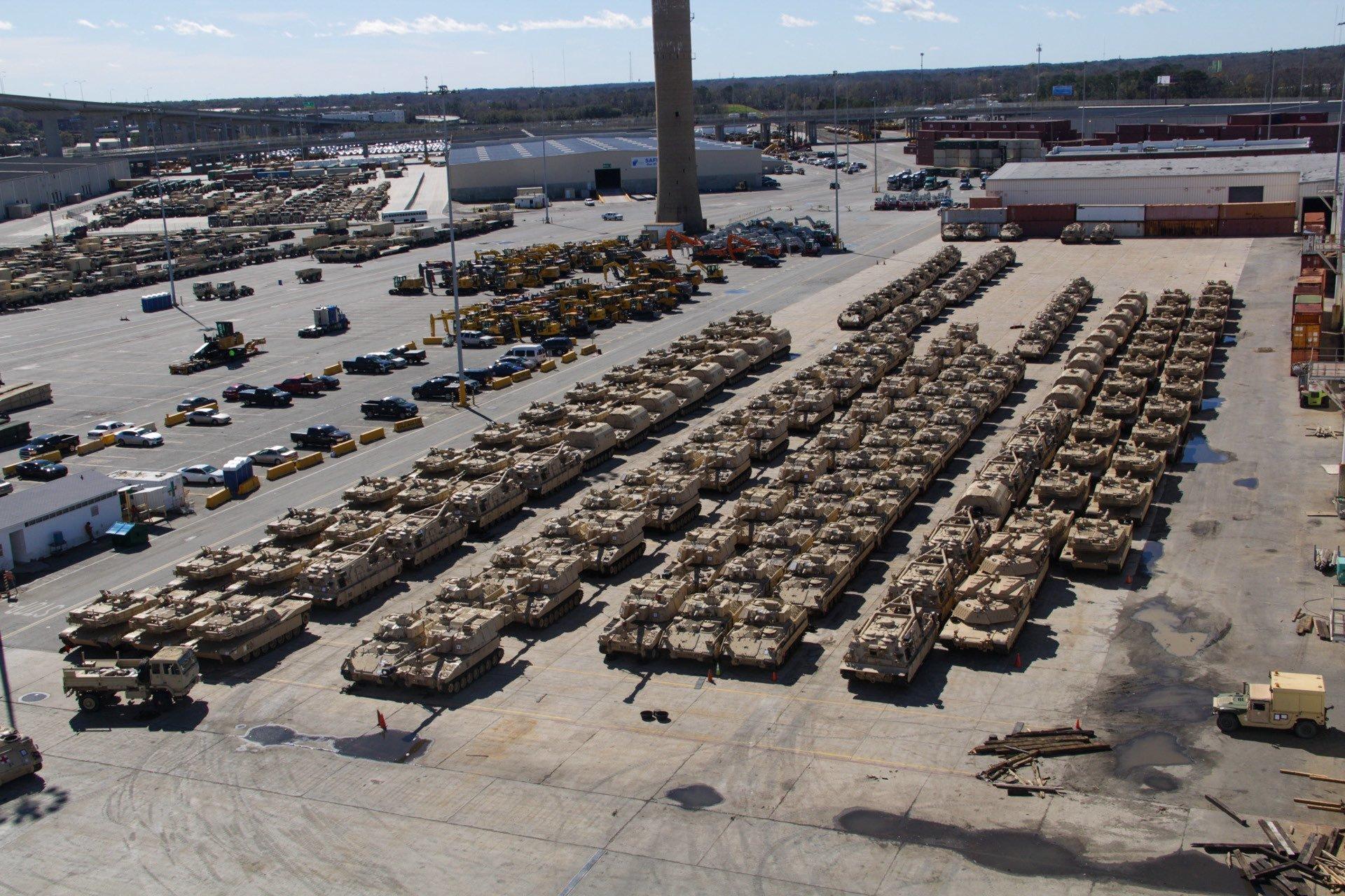Amerykańskie pojazdy opancerzone czekają na załadunek w porcie w drodze na ćwiczenia Defender-Europe 20