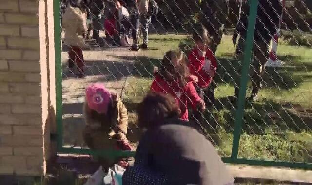 Grupa migrantów przed placówką Straży Granicznej w Michałowie